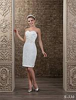 Обаятельное короткое свадебное платье прямого силуэта, украшенное пояском расшитым