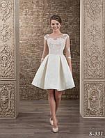 Изысканное короткое свадебное платье А-силуэта,  украшенное чарующей аппликацией