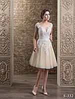 Волшебное свадебное платье А-силуэта,  украшенное нежнейшим кружевом с пышной короткой юбкой