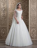 Изысканное и стильное А-силуэтное свадебное платье с глубоким овальным вырезом на спине