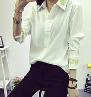 Красивая женственная белая офисная блузка с золотой вышивкой на рукавах