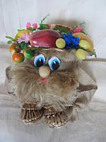 Домовой с фруктами на шляпе