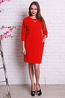 Яркое красное платье с элегантным украшением на горловине