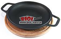 Чугунная порционная сковорода 22см с ручками (крышка-сковорода) на деревянной подставке 25см (бук) БИОЛ