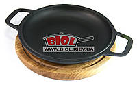 Чугунная порционная сковорода 22см с ручками (крышка-сковорода) на деревянной подставке 24см (дуб) БИОЛ