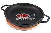 Чугунная порционная сковорода 26см с ручками (крышка-сковорода) на деревянной подставке 25см (бук) БИОЛ