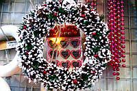 Венок новогодний из шишек и ягод