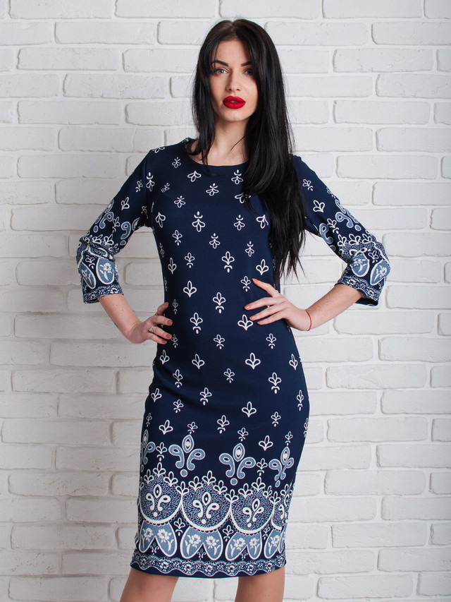 Модное платье с белым узором