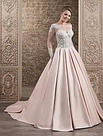 Благородно королевское свадебное платье А-силуэта со шлейфом и пуговичками по всей его длине