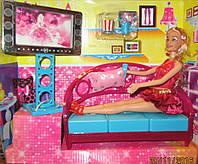 Гостиная с телевизором и куколкой
