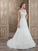 Изумительное свадебное платье А-силуэта, украшенное кружевом и деликатным пояском