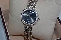 Женские часы Майкл корс на цепочках с черным екраном и камнями на циферблате.