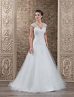 Роскошное свадебное платье А-силуэта с V-образным вырезом и пышной юбкой со шлейфом