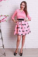 Милое коктейльное платье в розовом цвете с рисунком имеет золотистое украшение