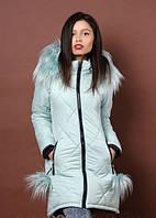 Зимняя куртка украшена съемными меховыми помпонами