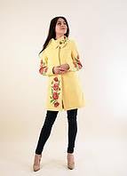 Яркое молодежное пальто в желтом цвете расшито машинной вышивкой крестиком
