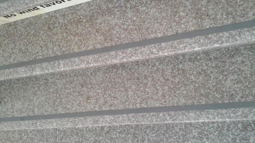 лента на ступенях в школе