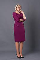 Нарядное платье в бордовом цвете с золотистым украшением на горловине