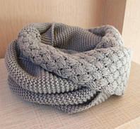 Стильный теплый вязанный женский шарф-хомут снуд с двойным типом вьязки светло-серого цвета