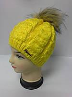 Стильная женская шапка с бубоном из искусственного енота