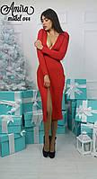 Модное женское платье с глубоким декольте