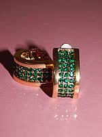 Элегантные серьги с зелеными камнями