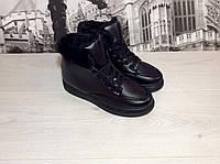 Белые и черные зимние ботинки на шнурках