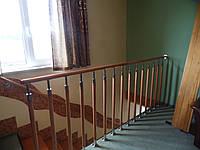 Перила для лестницы из нержавейки с деревянным поручнем