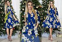 Элегантное платье приталенного силуэта с вшивным поясом контрастного цвета, декорированное цветочным принтом.