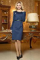 Темно-синее платье с брошью на груди