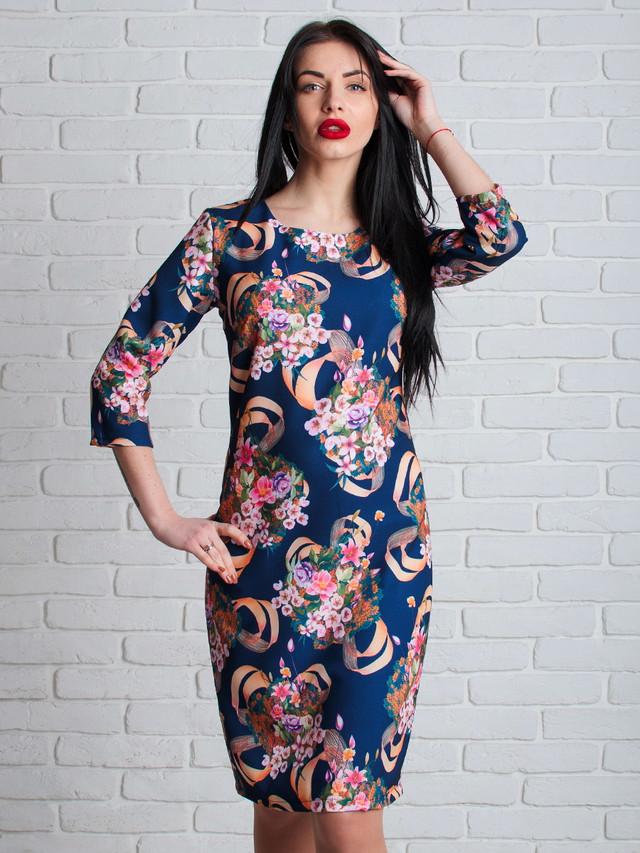 Синее женское платье с цветами