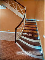 Лестница на металлических тетивах с деревянными ступенями и деревянными перилами