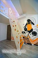 Металлическая лестница на тетивах с деревянными ступеньками