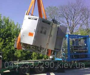 Фотография монтажа системы автономной канализации с помощью крана манипулятора.
