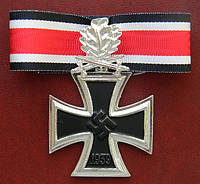 Рыцарский крест с мечами и дубовыми листьями на ленте