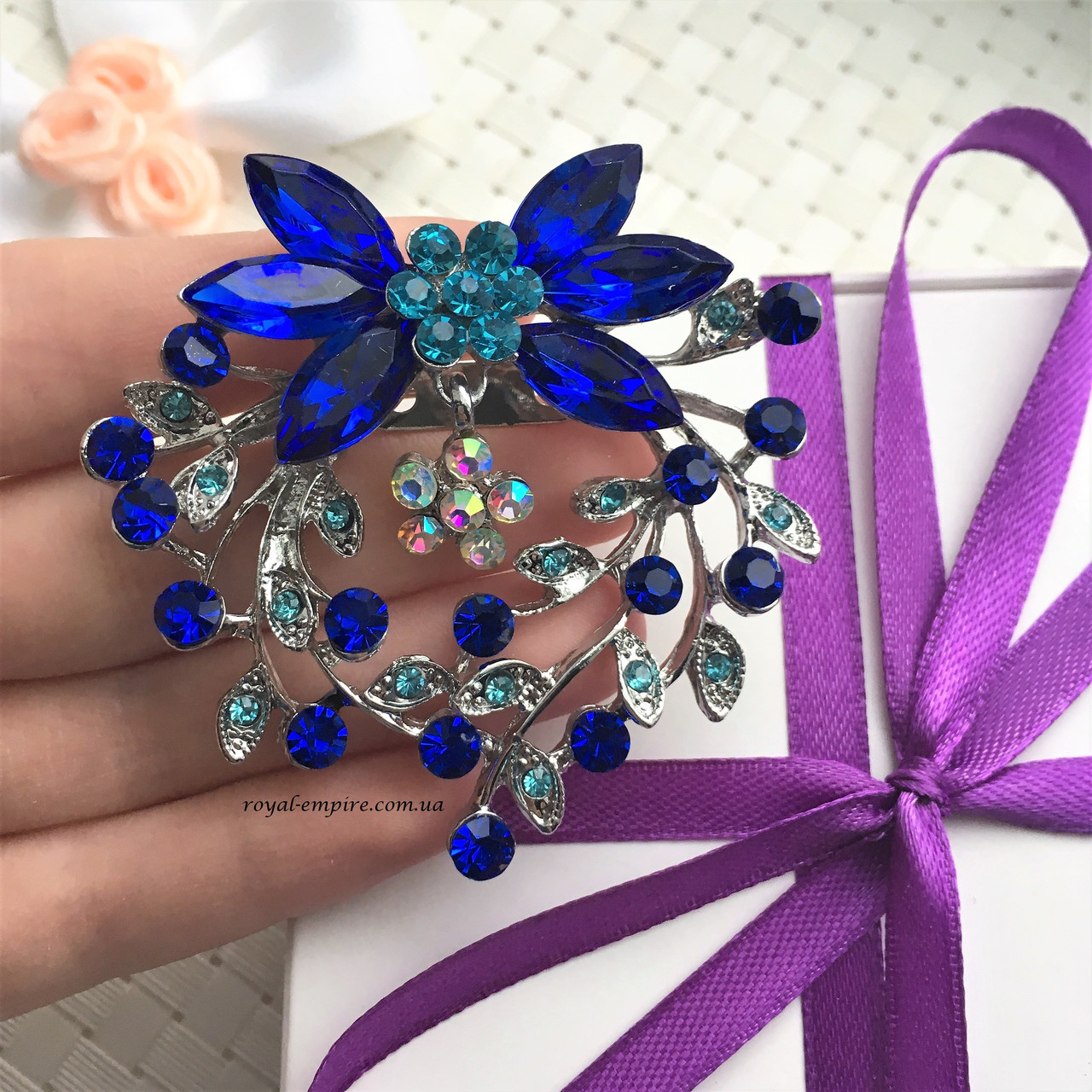 """Шикарная брошка """"Наоми"""" синяя, в подарочной упаковке."""