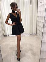Короткое платье с вырезом декольте