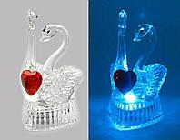 Лебеди с сердечком хрустальные с подсветкой (9х5х5,5 см) (6046)