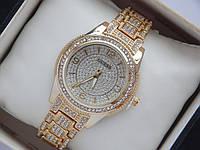 Женские кварцевые наручные часы Guess золотого цвета в стразах
