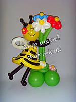 Букет ромашек с пчелкой из воздушных шаров