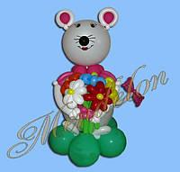 Мышонок из шариков с букетом
