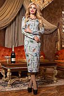 Серое стильное платье с красивым цветным принтом в виде букв.