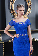 Элегантное вечернее платье с потрясающей распоркой спереди и шлейфом