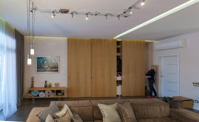 1 этаж, гостиная, кухня-столовая. вид на раздвижную многоцелевую панель. она разделяет зал с другими помещениями (кабинет, с/у, постирочная, гардеробный шкаф, лестница на 2-й этаж).