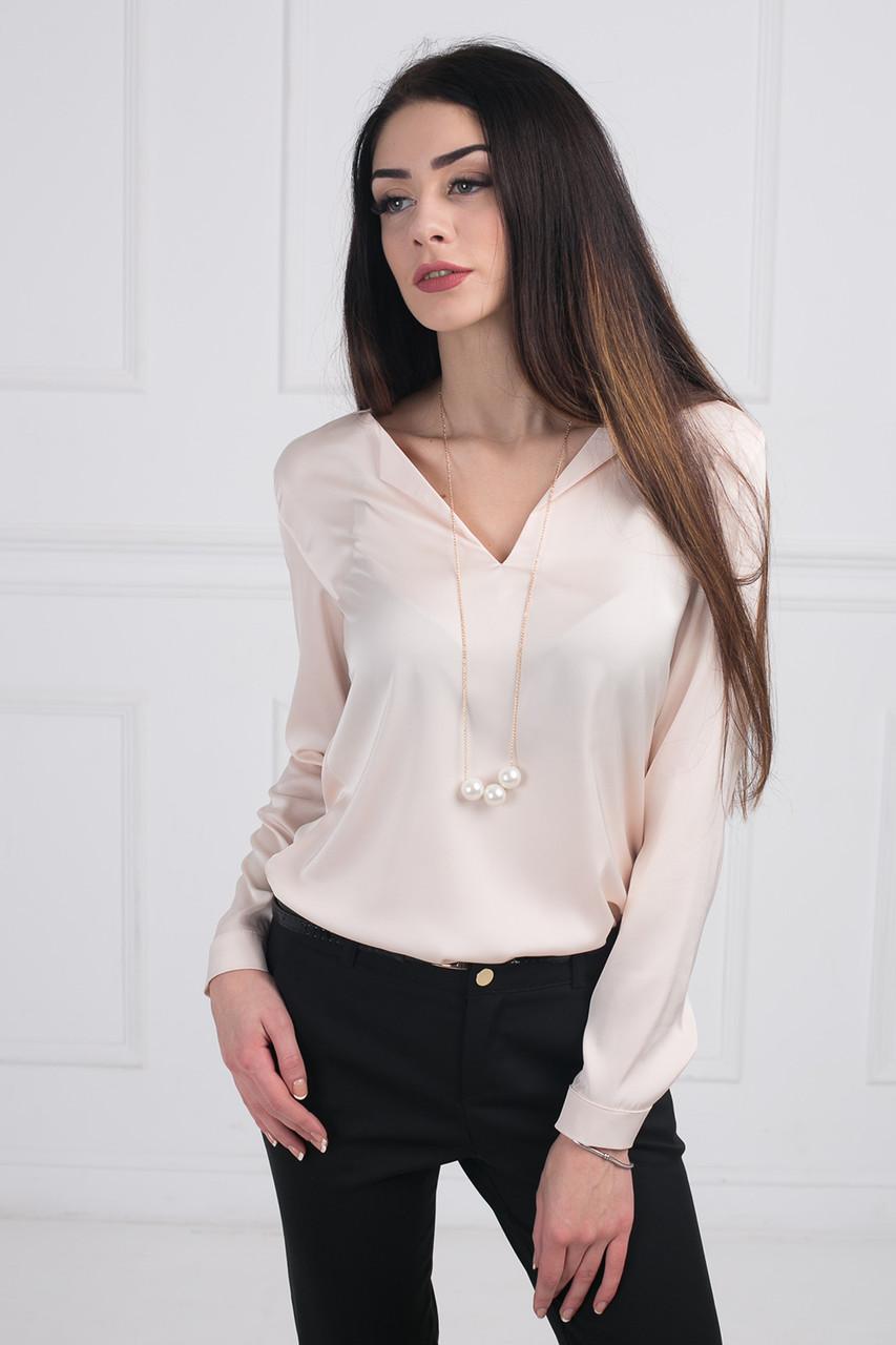 f0816a9bf2a Нежная шелковая блуза в модном цвете пудра имеет V-образный вырез с  украшением