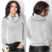 Женский вязаный свитер с воротником-хомут белого цвета с длинным рукавом.