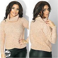 Женский вязаный свитер с воротником-хомут персикового цвета с длинным рукавом.
