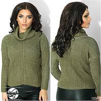 Женский вязаный свитер с воротником-хомут цвета хаки с длинным рукавом.