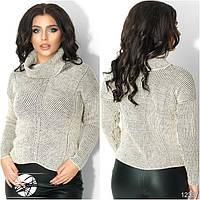 Женский вязаный свитер с воротником-хомут бежевого цвета с длинным рукавом.