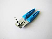 Консервооткрыватель металлический с пластмассовой цветной ручкой